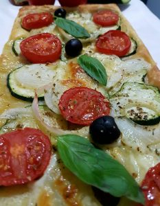 hojaldre_pizza_tomate_calabacin_cebolla_quesomozzarela_aceiteoliva_tomatoes_oliveoil_cheese_onion