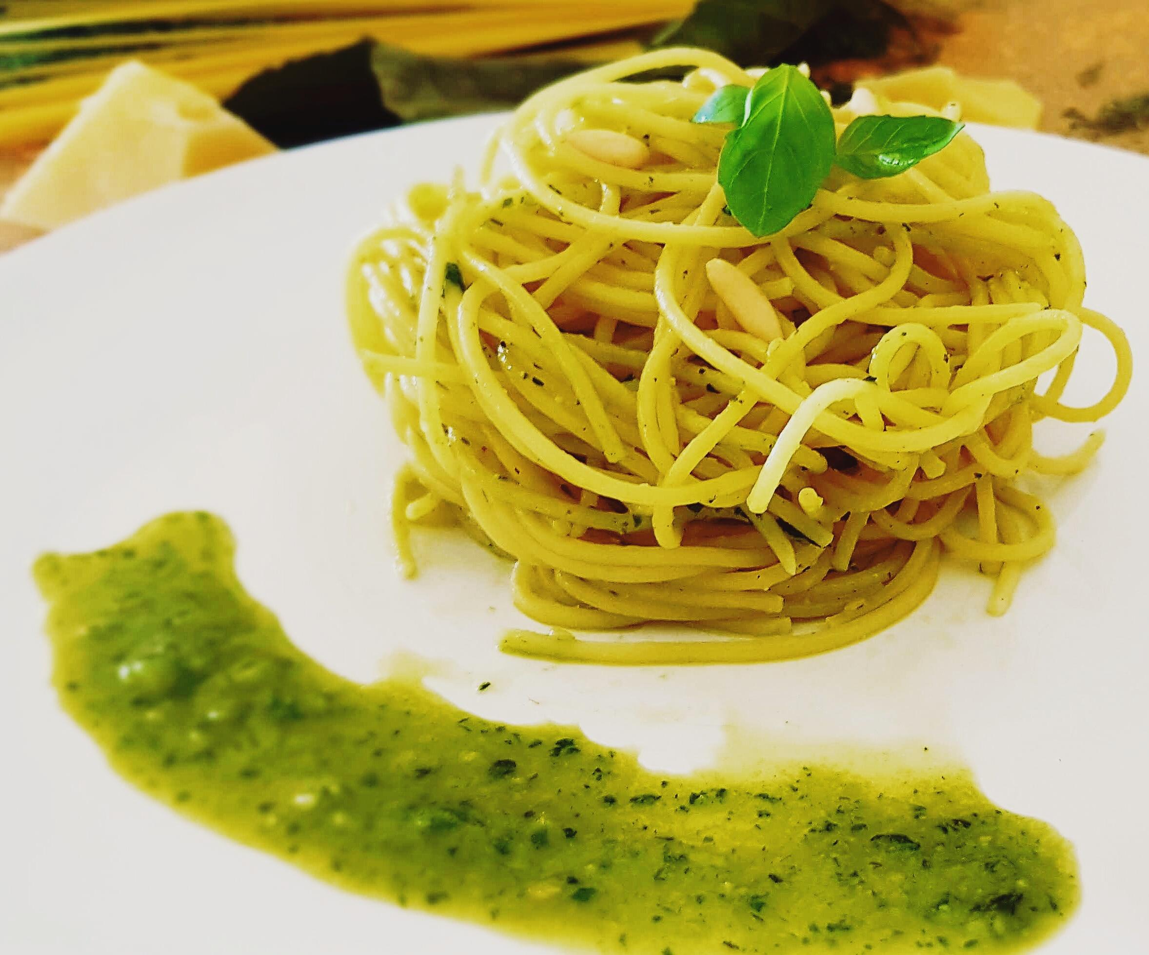 Aceite de oliva, ajo, piñones, rúcula, y queso pecorino romano.