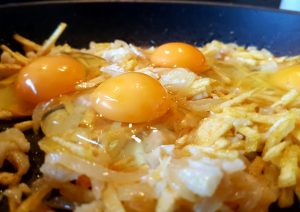 huevos con bacalao , cebolla y patatas.