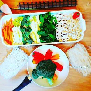 Verduras frescas, zanahoria, puerro, calabacín blanco, cebolla, espinacas , champiñones, brotes de soja, brócoli y pimiento rojo, fresh vegetables, carrot, onion , spinach, mushrom