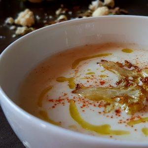Crema de coliflor con mantequilla de trufa blanca y parmesano.