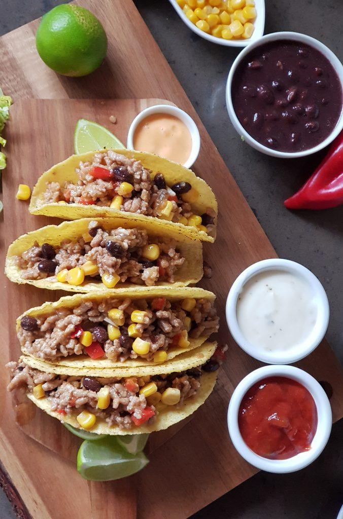 Tacos con carne molida, frijoles negros y maíz.