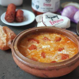 Sopa de ajos con chorizo de orza