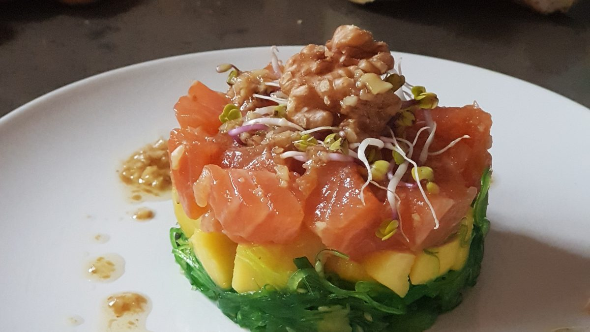 Tartar de salmón, mango y wakame